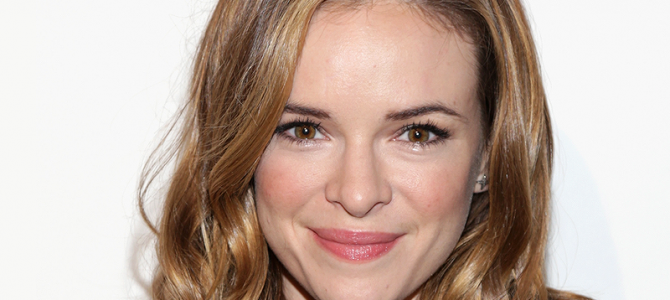 Danielle Panabaker comparece à Nylon Young Hollywood Party